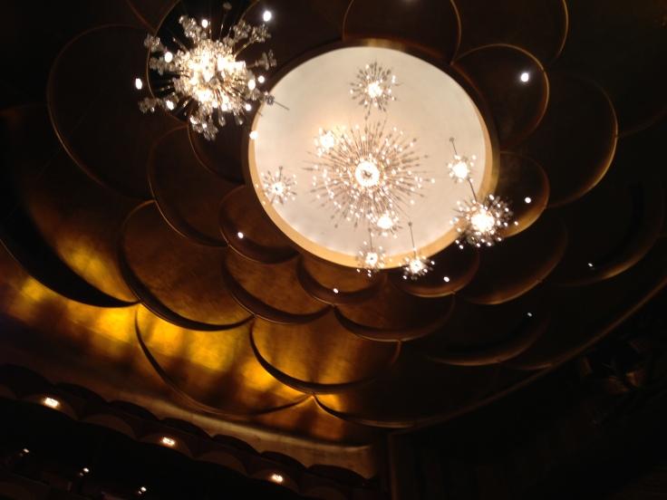 高い天井から吊るされている大きなシャンデリア