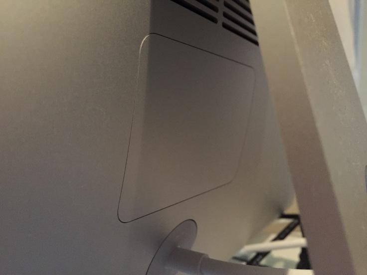 iMacの裏側四角い溝が見える場所が今回の冒険のステージだ