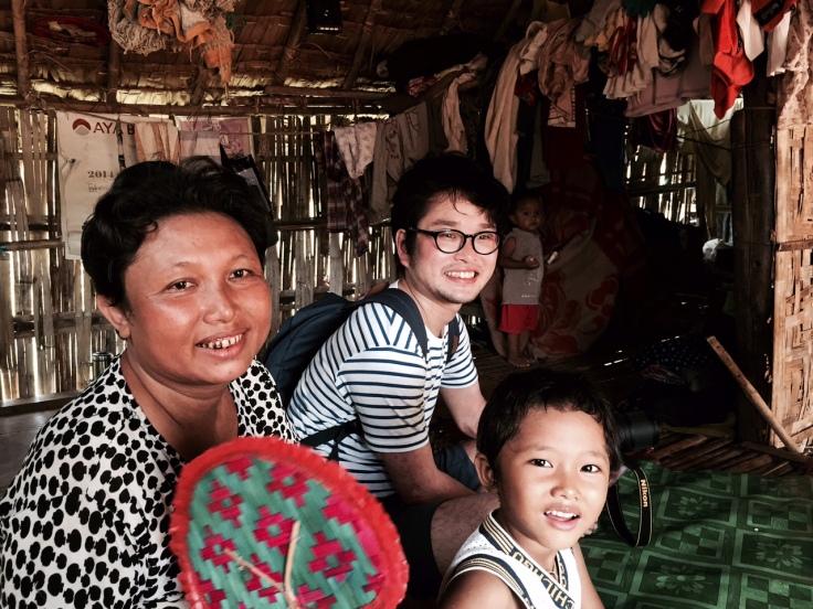 この1700番台のパゴダの近くに住んでいるお母さん達。家に上がらせてもらい少し話をした。