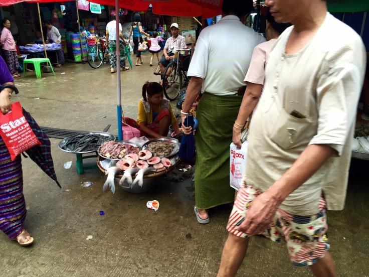 このマーケットには魚やチキンや野菜などがたくさん。