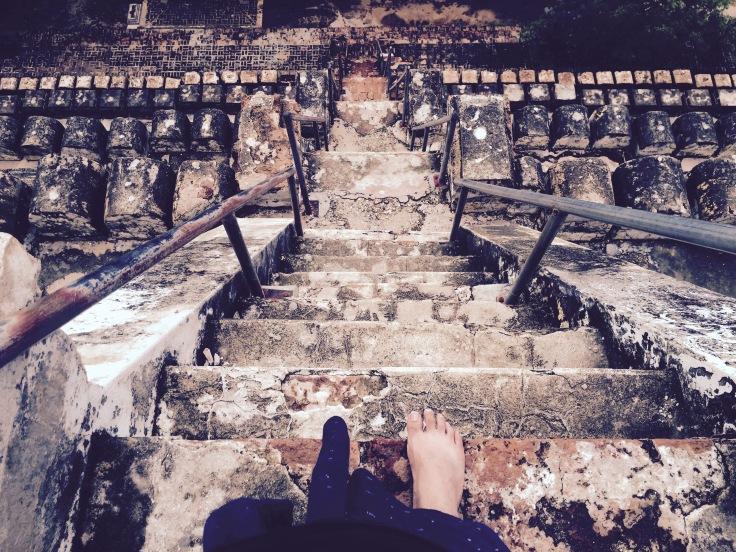 ものすごく急な階段。伝わるかなぁ〜