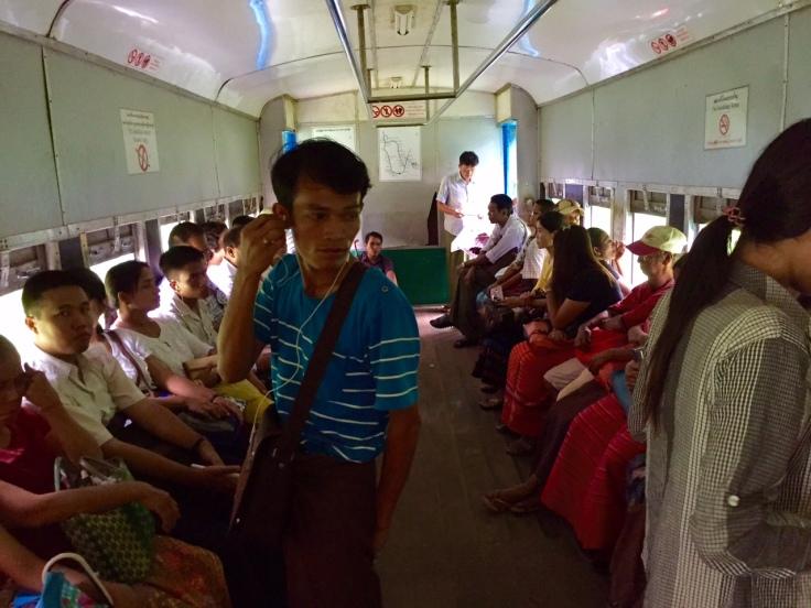 電車は非常にゆっくりでドアなどは一切ない。落ちても転がればなんとかなりそう。